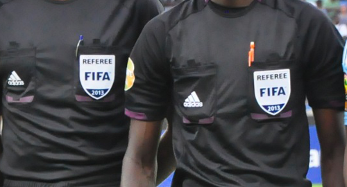 Football (CIV # Mali)/ l'arbitre pointé du doigt.